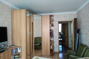 В продаже 3 комн. квартира, общей площадью 75 кв.м., комнаты 15,2+15,2+15,2 изолированные, кухня 9,5 кв.м., большой коридор-холл 13 кв.м., 6/9 этажа, санузел раздельный. Дом теплый 1974 года постройки. Балкон – 2.5 кв.м. незастеклен. Окна –во двор, вход –со двора. Состояние квартиры - отличное, во всех комнатах и на кухне сделан ремонт, в коридоре стены подготовлены под покраску или обои. На всех окнах стоят стеклопакеты, регулируемые батареи. Все комнаты правильных почти квадратных форм. В квартире есть антресоли, большая кладовая комната 5 кв.м. В коридоре пол- ламинат, на кухне кафель, в комнатах ламинат и линолеум. В ванной теплый пол с подогревом, электробатарея и умная ниша. Все трубы: стояки и разводка – новые. Электрика вся новая, сантехника тоже все новая. На кухне есть барная стойка, которую при желании можно убрать. В комнате и на кухне подсветка. Квартира двухсторонняя отличной планировки, с коридором-холлом. Рядом в пешеходной доступности две станции метро пр. Большевиков -5 минут пешком и Дыбенко - 7 минут пешком. Квартира находится в обжитом микрорайоне с развитой инфраструктурой, 2 школы, ода школа прямо во дворе, детская и взрослая поликлиники, детский сад тоже во дворе. Рядом Окей, два магазина Пятерочка, Леруа Мерлен, большой мебельный магазин Мебельвуд, фитнес центр, Ледовый дворец, Арена ЦСК, Торгово-развлекательные центры, мфц, знаменитый Невский универсам. Парк Есенина в 3-ех минутах ходьбы, с качелями, каруселями, в нем есть детский развлекательный городок. Еще рядом с нашим домом расположены зеленые зоны реки Оккервиль с уточками, с мостиками - идеально подойдут для прогулок. Подходим под ипотеку, материнский капитал, субсидии. Все документы готовы к продаже. Покажем в любое время. Звоните прямо сейчас!